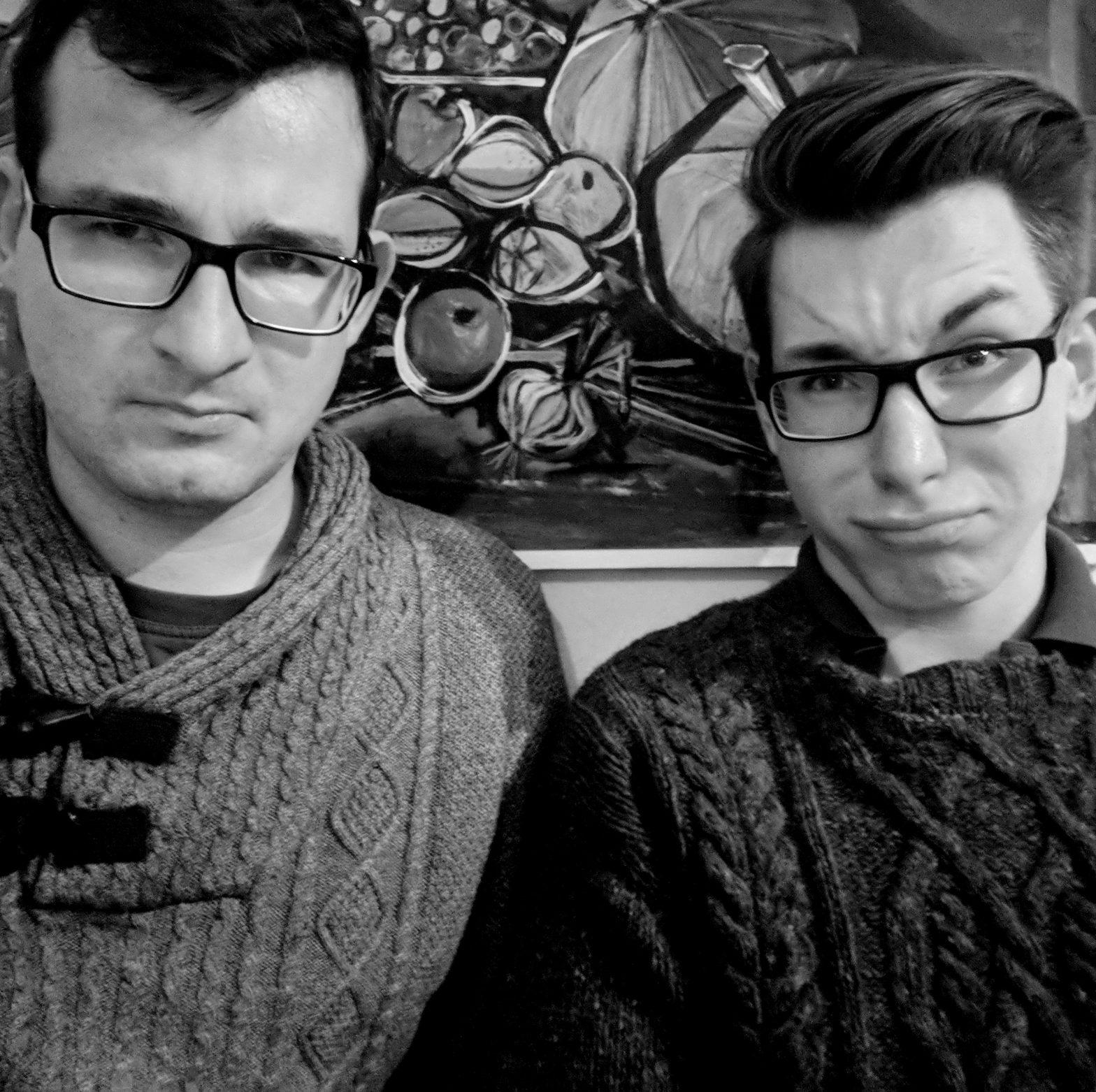 Peter und Felix von Schnapszahlbrothers. Finstere Gesichtsausdrücke.