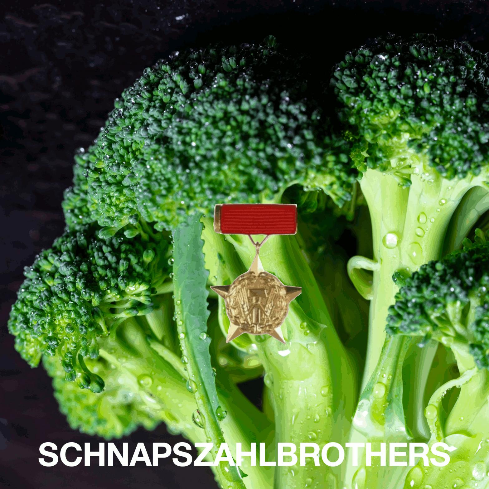 """EIn Brokkoli mit einem Orden und Schriftzug """"Schnapszahlbrothers"""" in Versalien."""